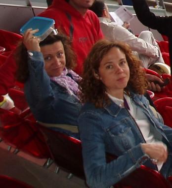Aquí mi amiga Marisa y yo exhibiendo el tupper como un trofeo, un triunfo sobre la seguridad de la Caja Mágica.